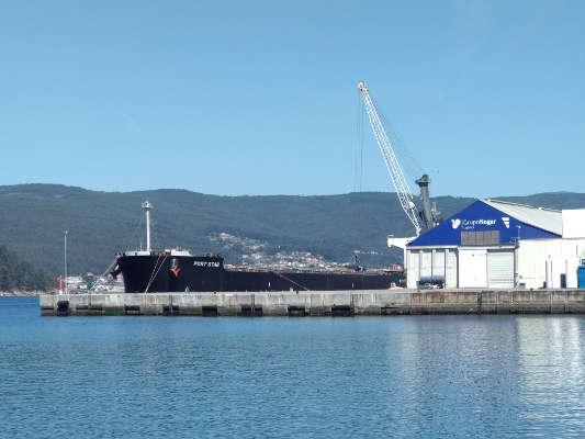 Dos graneleros descargan más de 100.000 toneladas en el Puerto de Marín