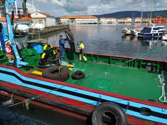 La Autoridad Portuaria retira 20 metros cúbicos de residuos del fondo de las dársenas