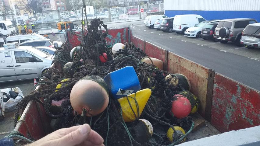 A Autoridade Portuaria realiza unha limpeza submariña da dársena de Placeres